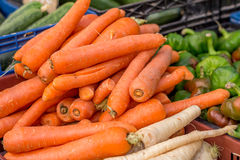 Carrots and other vegetables at street market Royalty Free Stock Photos