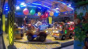 Carrousel à une fête foraine banque de vidéos