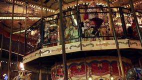 Carrousel bij Kerstmismarkt op Rood Vierkant in Moskou stock video