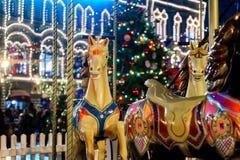 Carrousel coloré avant Noël sur la place rouge de Kremlin Fabuleux, éclairage de nuit, personnes de marche photographie stock