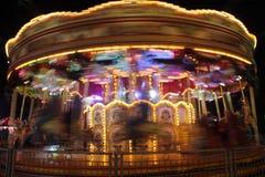 Carrousel déménageant la nuit Image stock