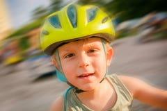 Carrousel d'équitation de petit garçon sur le terrain de jeu Photos stock