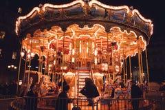 Carrousel d'Iilluminated à Paris, France, la nuit photos libres de droits