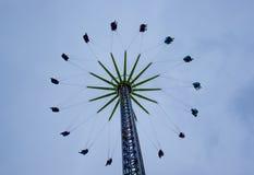 Carrousel d'oscillation le jour nuageux photographie stock