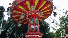 Carrousel dans l'endroit d'amusement de terrain de jeu de parc d'attractions juste banque de vidéos
