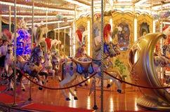 Carrousel de champ de foire par nuit Photo stock