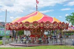 Carrousel de déplacement de carnaval arrivant en ville photographie stock