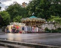 Carrousel de Montmartre sur la plaza au crépuscule après pluie Images libres de droits