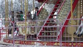 Carrousel de Noël en parc clips vidéos