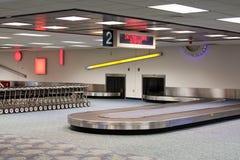 Carrousel de réclamation de bagages d'aéroport international Images libres de droits