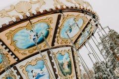 Carrousel in de winter sneeuwpark Dynamische foto royalty-vrije stock foto's