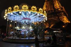 Carrousel devant Tour Eiffel - Paris, France photo libre de droits
