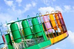 Carrousel in een ingevette motie in pretpark Tegen de blauwe hemel stock afbeeldingen