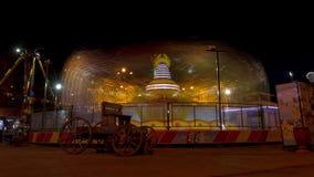 Carrousel in een pretpark bij nacht stock videobeelden