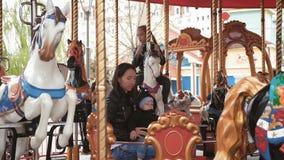 Carrousel in een vakantiepark Vrolijk-gaan-rond met paarden stock video