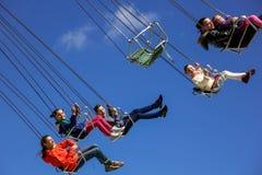 Carrousel en gelukkige familie Royalty-vrije Stock Fotografie