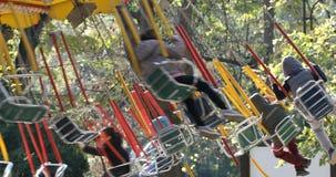 Carrousel en parc de vacances avec des enfants banque de vidéos