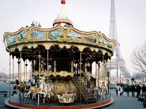 Carrousel et Tour Eiffel à Paris, France Photographie stock libre de droits