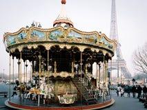 Carrousel et Tour Eiffel à Paris, France Photographie stock libre de droits