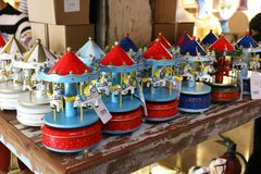 Carrousel fait de bois admirablement coloré, admirablement images libres de droits
