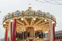 Carrousel, festivals folkloriques sur le fond de Moscou Kremlin photo stock