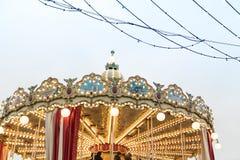Carrousel, festivals folkloriques sur le fond de Moscou Kremlin photos libres de droits