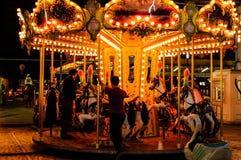 Carrousel la nuit dans la fête foraine Photos stock
