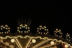 Carrousel lumineux d'or lumineux, silhouette sur la ville de nuit, humeur romantique et nostalgique, mélancolie, occasions de fêt Images libres de droits