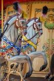 Carrousel lumineux en parc de vacances Chevaux sur un carrousel traditionnel de vintage de champ de foire Photos stock