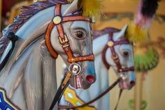 Carrousel lumineux en parc de vacances Chevaux sur un carrousel traditionnel de vintage de champ de foire Photographie stock libre de droits