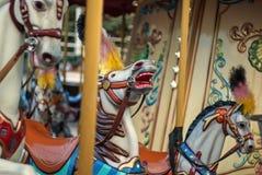 Carrousel lumineux en parc de vacances Chevaux sur un carrousel traditionnel de vintage de champ de foire Photographie stock