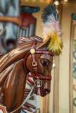 Carrousel lumineux en parc de vacances Chevaux sur un carrousel traditionnel de vintage de champ de foire Photo stock