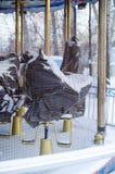 Carrousel met paarden die in een doek onder sneeuw verpakt zijn stock fotografie