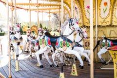 Carrousel met paarden in een kinderen` s pretpark Royalty-vrije Stock Fotografie