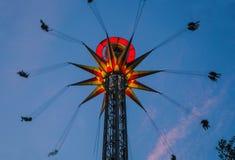 Carrousel met verlicht tegen de donkere hemel Royalty-vrije Stock Foto's