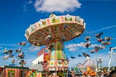 Carrousel in motieonduidelijk beeld bij bij het grootste volksfestival van w royalty-vrije stock foto