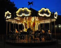 Carrousel in nachtpark Nachtvermaak stock foto