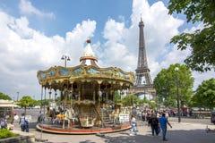 Carrousel près de Tour Eiffel à Paris, France images libres de droits