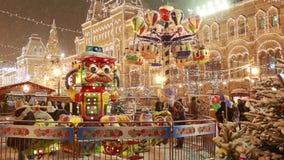 Carrousel vrolijk-gaan-om Kerstmismarkt op Rood Vierkant in Moskou stock videobeelden
