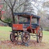 Carrozza a cavalli antica parcheggiata sul prato inglese Immagine Stock