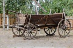 Carrozza a cavalli di legno rustica d'annata in azienda agricola polacca Fotografia Stock