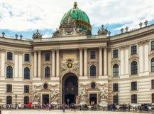 Carrozza a cavalli nel palazzo imperiale di Hofburg a Vienna fotografia stock