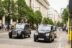 Carrozza di tassì nera a Londra Fotografia Stock