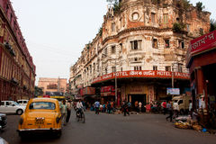 Carrozza di taxi fermata davanti al vecchio hotel sulla strada affollata Immagini Stock Libere da Diritti
