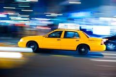Carrozza gialla alle strade trasversali di Manhattan. Fotografia Stock Libera da Diritti