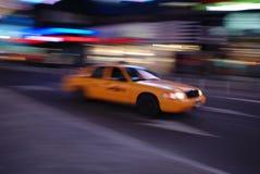 Carrozza gialla di New York che guida attraverso il Times Square Fotografia Stock Libera da Diritti