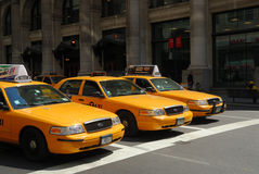 Carrozze di tassì gialle a New York City Immagini Stock