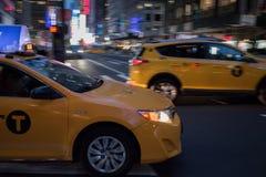 Carrozze gialle tramite le vie di Manhattan Fotografia Stock Libera da Diritti