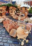 Carrozzina e canestri della paglia al mercato di Natale di Riga Immagini Stock