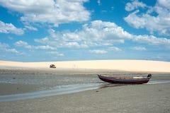 Carrozzino con i turisti che attraversano through il deserto Jericoacoara Fotografie Stock Libere da Diritti